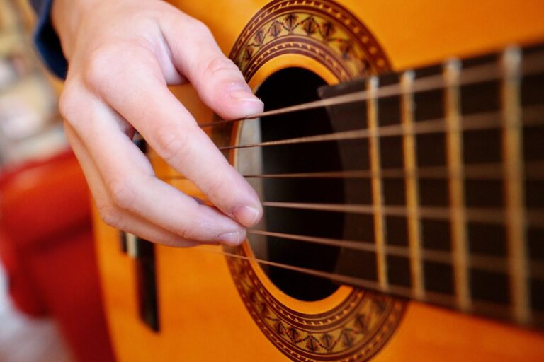 TOP tipy, jak sebe nebo své dítě naučit na kytaru. ONLINE!